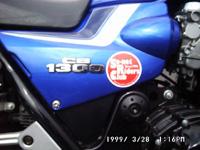 オートバイに貼られたシールの写真